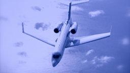 Geheimflug der CIA: Kleiner Privatjet in der Luf vor blauem Hintergrund.