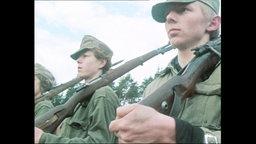 Junge Männer stehen in militärischer Uniform nebeneinander (Archivbild).