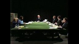 Eine Expertenrunde sitzt im Panorama-Studio an einem Tisch (Archivbild).