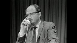 Gert von Paczensky telefoniert (Archivbild).