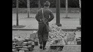 Ein Soldat steht vor den Grundsteinen der Berliner Mauer (Archivbild).