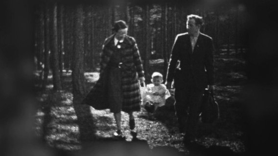 Elli and Wilhelm Venherm with their child on a walk, undated.  © private