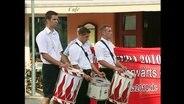 Neonazis in der Aufmachung der Hitlerjugend marschieren mit Trommeln (Archivbild)