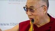 Nahaufnahme des Dalai Lama während einer Pressekonferenz