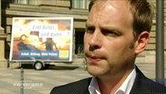 FPD-Spitzenkandidat Christoph Meyer vor einem Wahlplakat