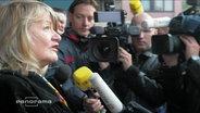 Alice Schwarzer vor Pressevertretern