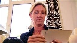 Eine Frau schaut sich Fotos an