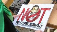 """Ein Plakat mit der Aufschrift """"Not Irans President"""""""