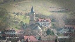 Ein Kirchturm in einem Dorf