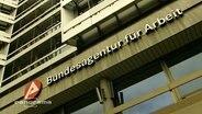 """Der Schriftzug """"Bundesagentur für Arbeit"""" an einer Hausfassade"""