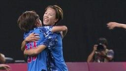 Zwei japanische Fußballerinnen umarmen sich nach dem 1:1 gegen Kanada.