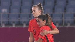 Die niederländische Fußballspielerin Vivianne Miedema hält eine Mitspielerin im Arm.