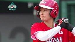 Eine japanische Softballspielerin wartet auf den Ball.