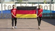 Die beiden deutschen Fahnenträger mit der Deutschlandflagge.