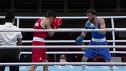 Boxer Hamsat Shadalov im Boxring mit seinem argentinischen Gegner.