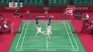 Das Badminton-Doppel Lamsfuß/Hettrich beim Aufschlag.