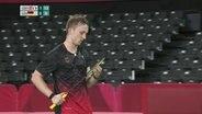 Der deutsche Badminton-Spieler Toby Schäfer mit seinem Schläger in der Hand.