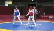 Taekwondo-Athlet Alexander Bachmann im Ring mit seinem kasachischen Gegner.