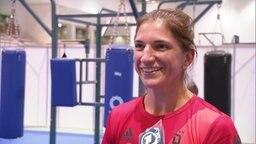 Die Boxerin Nadine Apetz gibt ein Interview.
