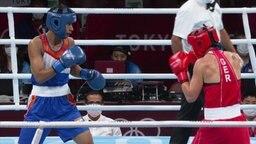 Nadine Apetz und ihre indische Gegnerin im Ring.