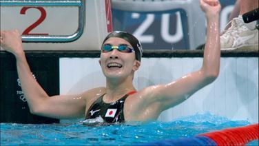 Die japanische Schwimmerin gewinnt Gold auf 200m.