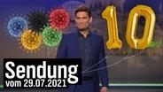 Christian Ehring mit Olympia-Coronaviren und zwei Ballons zu seinem 10-jährigen Dienstjubiläum