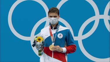 Jewgeni Rylow mit seiner Goldmedaille in der Hand.