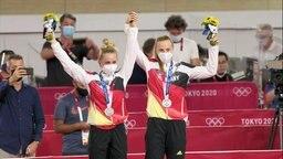 Die deutschen Damen holen sich ihre Medaille ab.