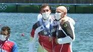 Christian Brendel und Tim Hecker nehmen ihre olympische Bronzemedaille für Platz drei im Canadier-Zweier in Empfang.