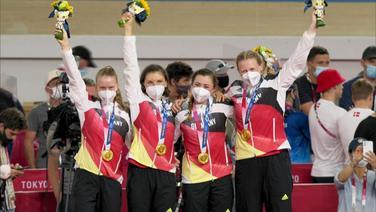 Das deutsche Frauen-Bahnrad Team während der Siegerehrung.