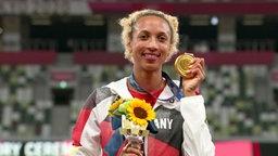 Malaika Mihambo holt sich ihre Goldmedaille ab.
