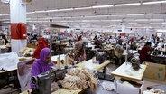Näherinnen in einer Textilfabrik in Bangladesch
