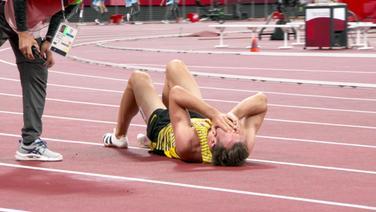 Kaul liegt am Boden, am Ende seiner Kräfte.