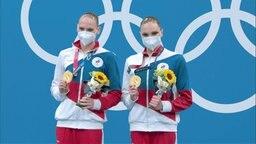 Die Schwimmerinnen aus Russland holen sich ihre Goldmedaille ab.
