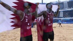 Das katarische Beachvolleyball-Duo Cherif/Ahmed feiert die Bronzemedaille.