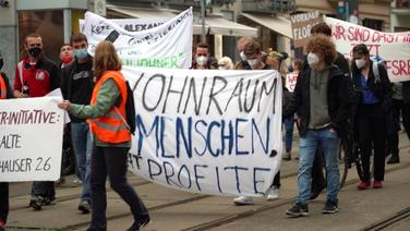 Demonstranten mit Plakaten gegen die Wohnungsnot