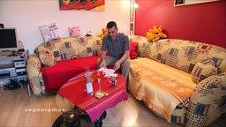 Michael Samir al-Ayash auf einem Sofa