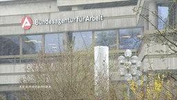 """Schriftzug """"Bundesagentur für Arbeit"""" an einer Hausfassade"""