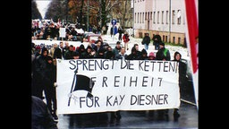 """Rechtsextreme tragen Banner """"Sprengt die Ketten. Freiheit für Kay Diesner"""""""