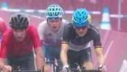 Der deutsche Radfahrer  kämpft sich im Feld nach vorne.