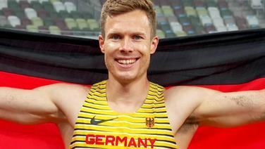 Markus Rehm freut sich über seine Medaille.