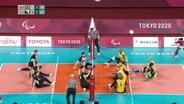 Das Volleyballfeld, die Spieler machen sich auf den Aufschlag bereit.