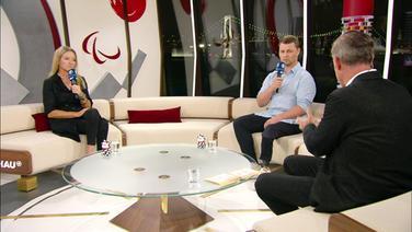 Kirsten Bruhn und Heinrich Popow sitzen im Studio.