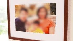 Ein verfremdetes Bild einer Familie, die aus drei Personen besteht.