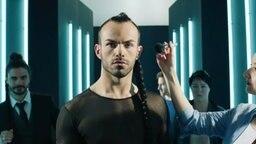 """Slavko Kalezić performt """"Space"""" auf der Bühne in Kiew. © Eurovision.tv Fotograf: Andres Putting Porträt Slavko Kalezić wird geschminkt. © NDR"""