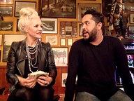 Adel Tawil sitzt bei Inas Nacht mit Ina Müller auf einem Tisch.