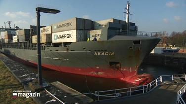 Containerschiff rammt Schleusentor .