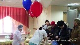 In einem russischen Krankenhaus fliegen zur Wahl Luftballons.