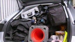 Vollgeladener Kofferraum eines Polizeiwagens