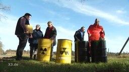 Eine Aktionsgruppe bei falschen Atomfässern.